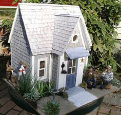 This site features a new dollhouse each month.