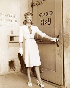 Vintage Fashion The - style inspiration from an incredible fashion era. Foto Fashion, 1940s Fashion, Fashion History, Vintage Fashion, Fashion Tips, Club Fashion, Fashion Coat, Fashion Edgy, Fashion Trends