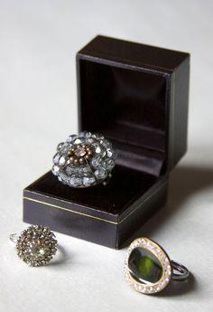 DIY Easy Button Rings. Good tutorial. #diy #crafts #buttons #jewelry #rings #button_rings