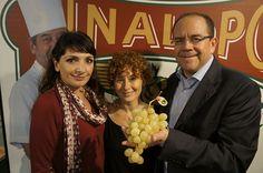 Fermín, Isabel y Nuria son grandes amantes de la uva embolsada del Vinalopó y nos visitaron ayer en #lmgastronomia    #uva #grape #embolsada #vinalopo #spain #alicante #natural