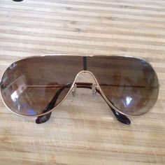 Authentic Ray Ban Aviator Sunglasses Great condition AUTHENTIC Ray Ban aviator sunglasses / Small marks on left arm from my puppy! Can't not see as they sit behind your ear / Comes with original leather case! Fashion Design, Fashion Tips, Fashion Trends, Styling Tips, Leather Case, Ray Bans, Arm, Sunglasses, Accessories