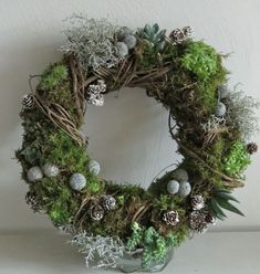 This is a lovely and interesting wreath.This says: Succulent wreath Christmas Wreaths, Christmas Crafts, Christmas Decorations, Holiday Decor, Door Wreaths, Grapevine Wreath, Succulent Wreath, Succulent Plants, Deco Floral