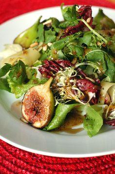 Salada de folhas verdes com figos grelhados, parmesão e pinoles, uma das entradas do restaurante Obá para o menu especial do Dia das Mães (Foto: Divulgação)
