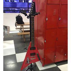 Guitarra de Doritos - com design exclusivo do @ericoadachi - em breve na casa de dezenas de felizardos.  #Doritos #Bullet #BulletGroup by aldera