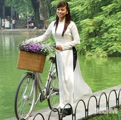 Vietnamese Traditional Dress, Traditional Dresses, Ao Dai Vietnam, Facon, Cute Girls, Asian Girl, Recherche Google, Portraits, Bicycles