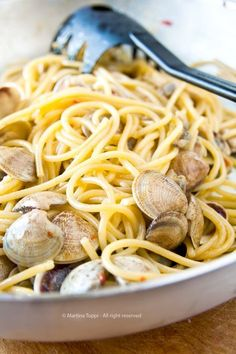 Spaghetti with clams Wine Recipes, Seafood Recipes, Cooking Recipes, Gnocchi Recipes, Pasta Recipes, Spaghetti Vongole, Orzo, Mediterranean Recipes, How To Cook Pasta