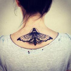 großflächiges Tattoodesign für Frauen-Schmetterling im Nacken