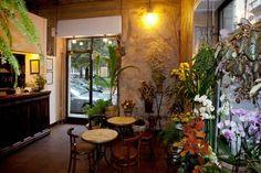 Un fioraio, un caffè, un ristorante, uno spazio per eventi ma soprattutto un angolo di pace e bellezza a Milano. È il Fioraio Bianchi Caffè, un posticino incantato nelle viuzze di Brera.