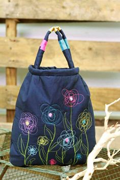 Free Bag Pattern and Tutorial - Artsy Bag with Free Motion Flowers