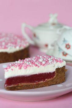 Vandaag een heerlijke variant op monchoutaart. Dit keer met muisjes en aardbei. Gelukkig is het heel goed mogelijk om deze taart te versieren met aardbeien, waardoor het een taart is die je op elke verjaardag kunt serveren. De basis van deze taart is de monchoutaart. In plaats van kersenvlaaivulling zit er in deze monchoutaart een lekkere geleilaag van aardbeienpuree en… Baking Recipes, Cake Recipes, Light Recipes, Food Gifts, Cakes And More, High Tea, No Bake Cake, Vanilla Cake, Food Inspiration