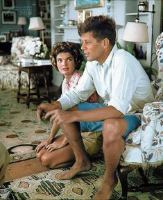 Jacqueline Bouvier is beging John Kennedy to buy a second wireless gamepad for the Historical photo. Jacqueline Bouvier is beging John Kennedy to buy a second wireless gamepad for the Jacqueline Kennedy Onassis, John Kennedy, Estilo Jackie Kennedy, Les Kennedy, Jaqueline Kennedy, Brad Pitt, Celebridades Fashion, Colorized Photos, Colorized History