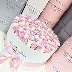 the million large box - white - pink-lavender-white roses Flower Arrangement Designs, Unique Flower Arrangements, Flower Designs, Flower Box Gift, Flower Boxes, Beautiful Roses, Beautiful Flowers, Arrangements Ikebana, Million Roses