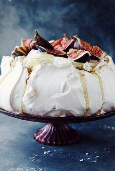 Pavlova amb figues i mascarpone. Beaux Desserts, Köstliche Desserts, Delicious Desserts, Dessert Recipes, Yummy Food, How Sweet Eats, No Bake Cake, Food Inspiration, Love Food