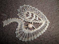Béžový lísteček Bobbin Lace Patterns, Lace Heart, Lace Jewelry, Lace Making, Hobbies And Crafts, Lace Detail, Butterfly, Flowers, Projects
