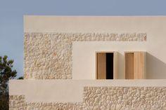 Architecture project by Nomo Studio: a limestone house in Minorca Limestone House, Limestone Wall, Design Exterior, Interior And Exterior, Contemporary Architecture, Architecture Design, Rustic Contemporary, Casa Patio, Stone Houses