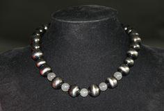 grijze kralen met kleine maansteenkraaltjes  een must in je sieraden lade ;-)