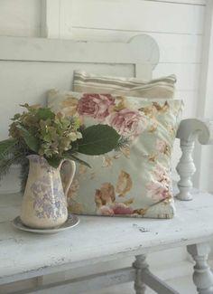 shabby chic pillows vase pitcher flower arrangement el cojin es como el de mi suegra, pero a diferencia de ella, aqui sí se esta aprovechando!