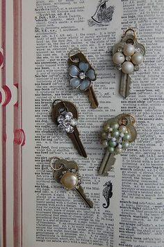 Jewelry repurposed with old keys Key Jewelry, Jewelry Art, Jewelry Design, Jewelry Making, Gold Jewellery, Silver Jewelry, Beading Jewelry, Silver Rings, Cartier Jewelry