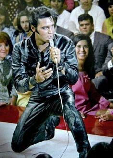 Rock and Roll Medley de la partie en cuir noir stand-up de son NBC-TV Show Elvis Presley. Lisa Marie Presley, Priscilla Presley, King Elvis Presley, Elvis Presley Photos, Rare Elvis Photos, Rock And Roll, Elvis 68 Comeback Special, Elvis Presley Memories, Sean Leonard
