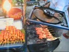 cibo alla brace nelle bancarelle per strada a Bangkok in Thailandia