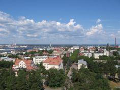 Kotka sijaitsee Saaristo-suomessa. Kotka on kaupunki Kymenlaakson maakunnan eteläosassa Suomenlahden rannalla. Kotka on merkittävä satama- ja teollisuuskaupunki ja myös monipuolinen koulu- ja kulttuurikaupunki. Kaupungin asukasluku on 54 766 (31. tammikuuta 2014). Kotkan naapurikunnat ovat Hamina, Kouvola ja Pyhtää. Kirjoittanut Nikke