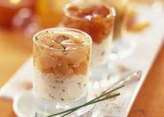 Glaasjes van gerookte zalm en mousse van verse kaas met kruiden