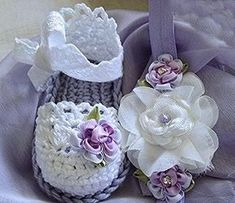 Woolen shoes to cover the soft feet of your baby