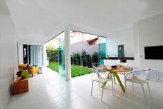 Olhar amor, um jardim desses com uma parede de vidro na nossa casa pode ficar legal!