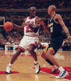Michael Jordan and Reggie Miller (Indiana Pacers) Michael Jordan, Jordan 23, Jordan Bulls, Jeffrey Jordan, Basketball Practice, Love And Basketball, Sports Basketball, Basketball Players, Basketball Pictures