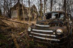 Farmhouse, Seneca Lake, New York Uma antiga quinta abandonada é estado de Nova York também atua como um cemitério para muitos carros antigos