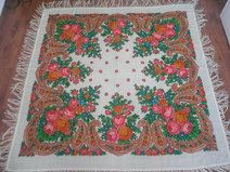 Produkttitel: Beautiful vintage wool shawl. Pavlovo Posad - Shopname: Port Traditional Romanesc  Rare vintage floral Russian shawl, a beautiful floral pattern on a deep cream-colored background. This shawl dates back approximately to 1980s and comes from Soviet Union.  The shawl is in a great vintage condition and ready to be used.  Measurements:  150cm x 150cm (without tassels)  We encourage you to ask all of your questions before purchasing any product.