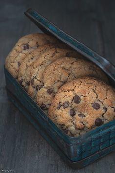 Déclinaison de cookies à déguster sur le blog! Ceux-là sont aux pépites de chocolat et à la noix de coco. Promis, ce sera votre goûter favori! Biscuit Coco, Dacquoise, Cookies Et Biscuits, Crackers, Banana Bread, Food Photography, Food And Drink, Cooking, Sweet