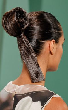 Carolina Herrera from NYFW Spring Hair Trends We're Loving Will sumo-knots replace top-knots? After seeing the style at Carolina Herrera we're pretty tempted to give it a chance. Slick Hairstyles, Latest Hairstyles, Celebrity Hairstyles, Up Styles, Hair Styles, Hair Trends 2015, Hair Makeup, Makeup Hairstyle, Hairspray