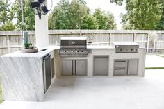 Modern Outdoor Pool and Patio Modern Outdoor Kitchen, Backyard Kitchen, Modern Kitchen Design, Backyard Patio, Outdoor Living, Modern Design, Outdoor Pool, Outdoor Kitchen Cabinets, Kitchen Tile