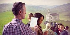 Una fila de personas esperando para entrar a una iglesia con un papel que tiene espacio para tres preguntas