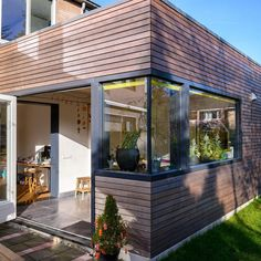 Bau an der Rückseite des Hauses – Huiskamer – Construction at the back of the house – Huiskamer – … Extension Veranda, House Extension Design, Roof Design, House Design, Wood Cladding Exterior, 2 Bedroom House Plans, Timber Buildings, Modern Tiny House, House Extensions