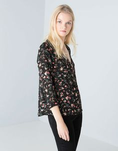 Blusa Bershka doble capa estampada. Descubre ésta y muchas otras prendas en Bershka con nuevos productos cada semana