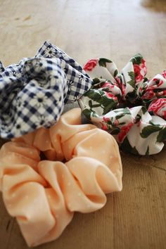 DIY Scrunchies - A Step by Step Guide This is great! I'm always losing mine. Sewing Hacks, Sewing Tutorials, Sewing Patterns, Beginners Sewing, Bear Patterns, Fabric Crafts, Sewing Crafts, Sewing Projects, Diy Accessoires