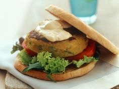 An easy and tasty vegetarian recipe for a tofu burger, served with salad leaves, tomatoes and chickpea hummus sauce: a vegetarian burger option you won't miss. Tofu Burger, Salmon Burgers, Hummus Sauce, Chickpea Hummus, Pita Wrap, Plat Vegan, Tasty Vegetarian Recipes, Eat Smarter, Vegetarian Food