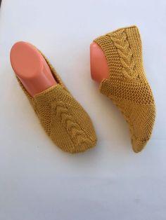 Basit saç örgüsü patik modeli yapılışı - Canım Anne Baby Knitting Patterns, Fingerless Gloves, Arm Warmers, Slippers, Socks, Flats, Cross Stitch, Flowers, Fashion
