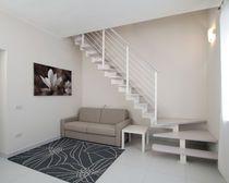 Escalera en L / estructura de metal / peldaño de madera / con zanca central
