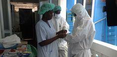 Um die Auswirkungen von Ebola zu verringern und einer weiteren Verbreitung des Virus vorzubeugen, sind derzeit neun Mitgliedsorganisationen von Aktion Deutschland Hilft im Einsatz. Im Vordergrund stehen dabei die Aufklärung der Bevölkerung und die Durchführung von Hygienemaßnahmen.