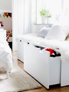 Close-up of IKEA STUVA storage benches with sheepskins and cushions on top. IKEA offers everything from living room furniture to mattresses and bedroom furniture so that you can design your life at home. Check out our furniture and home furnishings! Ikea 2015, Trendy Bedroom, Girls Bedroom, Bedroom Decor, Casual Bedroom, Bedroom Ideas, Bedroom Seating, Bedrooms, Storage Bench Seating