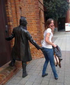 20+ People Who Know How To Pose With Sculptures