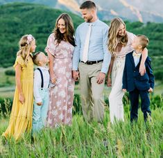 Spring Family Pictures, Family Pictures What To Wear, Spring Photos, Family Pics, Family Goals, Family Picture Colors, Family Picture Outfits, Picture Ideas, Photo Ideas