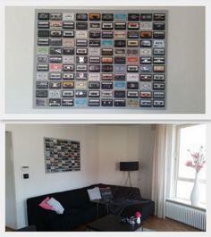 Zelf gemaakt (erg makkelijk): Schilderij / kunstwerk van oude cassettebandjes op een lichtgrijs geschilderd canvas doek. Leuk en niet duur!