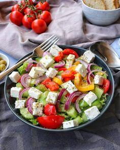 Mein griechischer Bauernsalat ist super schnell zubereitet und kommt mit nur wenigen frischen Zutaten aus. Dazu gesellt sich ein köstliches mediterranes Healthy Food Recipes, Salad Recipes, Healthy Fats, Grilled Side Dishes, Law Carb, Mothers Day Dinner, Grilling Sides, Evening Meals, Eating Plans