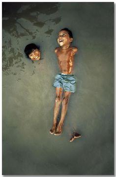 © Bruno Barbey: BRASIL. Amazonia. Belem. Niños en el río Amazonas. 1966.