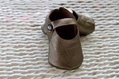 DIY Leather Baby Shoes with Free Pattern- since I can't find any walking shoes small enough for the bean...