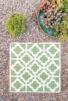 Anleitung für selbstgemachte DIY upcycling Betonplatten im marokkanischen Fliesen Look mit Betonfarbe als dekorative Gehwegplatten für den Garten